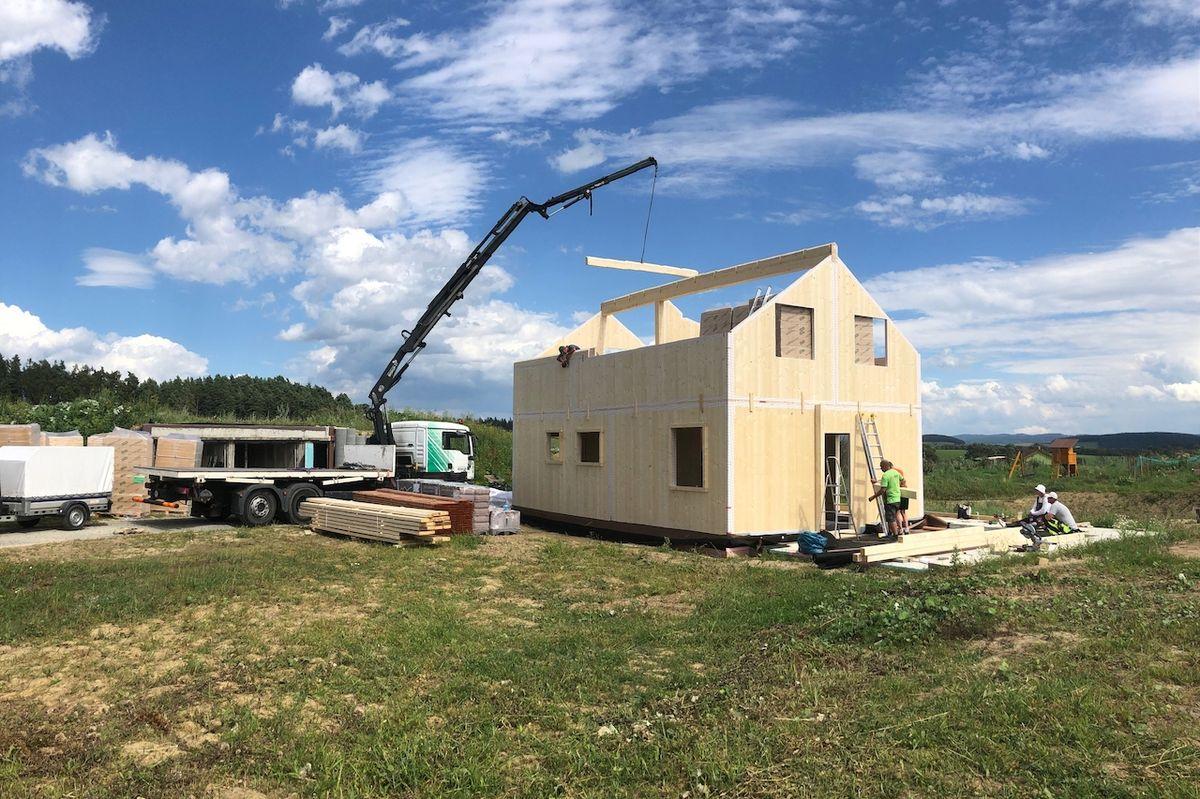 Výstavba moderní dřevostavby postupuje velmi rychle.