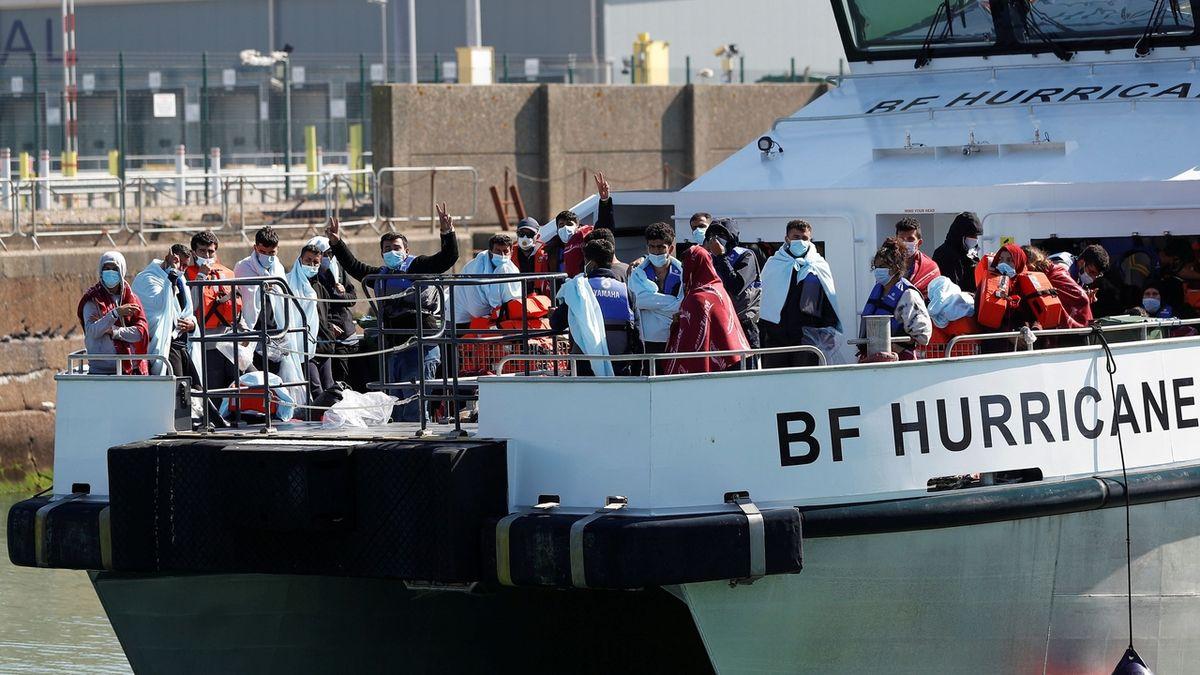 Britští pohraničníci mohou obracet lodě s migranty, než dosáhnou pobřeží