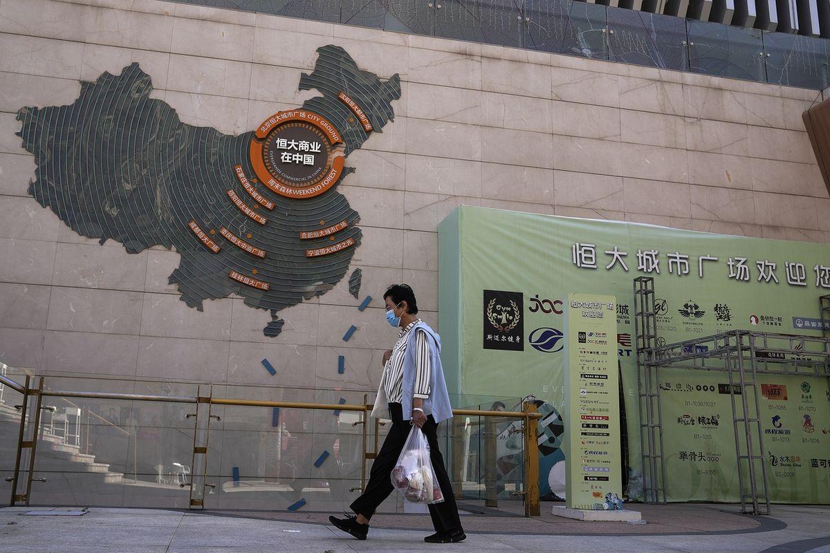 Mapa projektů společnosti Evergrande na zdi v Pekingu