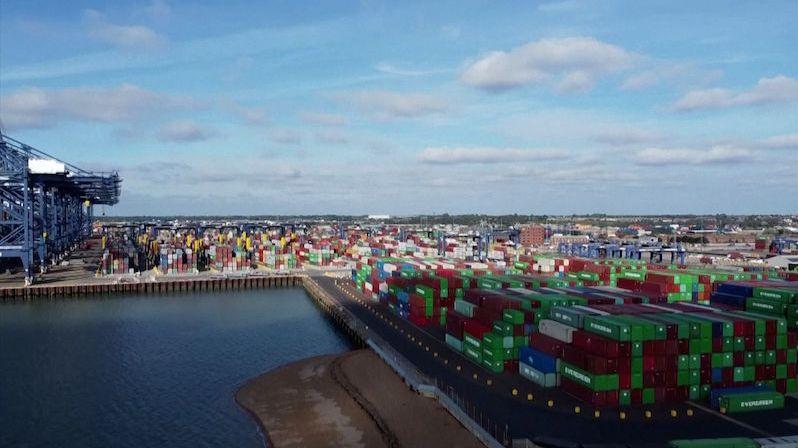 V britských přístavech se hromadí kontejnery se zbožím na vánoční trh