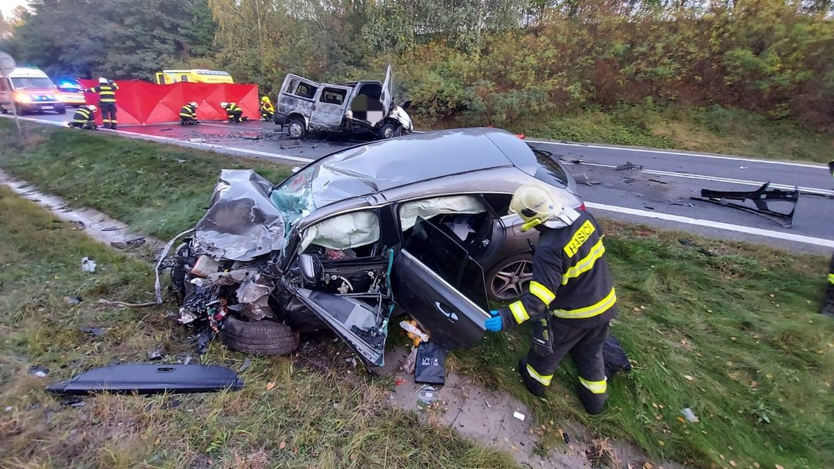Srážka vozů u Sazené na Kladensku, po níž zemřeli dva lidé.