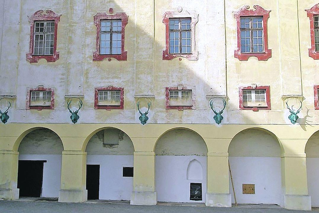 Chloubou zámku v Kunštát u je pět jeleních hlav z umělecké litiny. Ty jsou zrestaurovány, fasádu oprava teprve čeká.