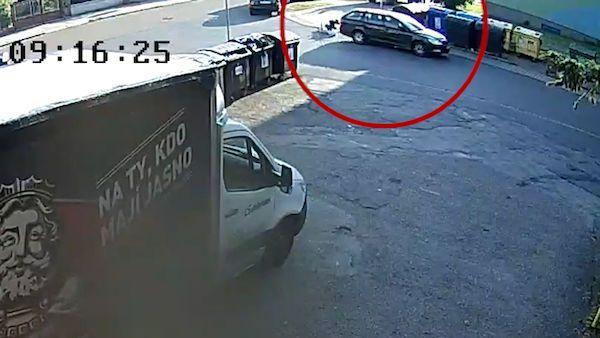 Řidič v Plzni smetl chodce, který odletěl několik metrů. Vůz od nehody ujel