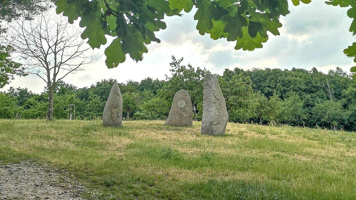 Tři bohyně v Troji. Tajemné menhiry vztyčil autor slovinské vlajky