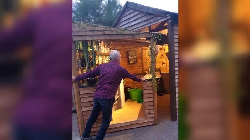 Muž si z kůlny na zahradě vyrobil tajný vyklápěcí bar