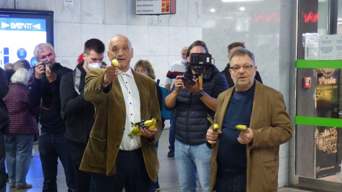 Herci Šteindler a Vávra rozdávali v metru banány. Přišly i vulgární reakce