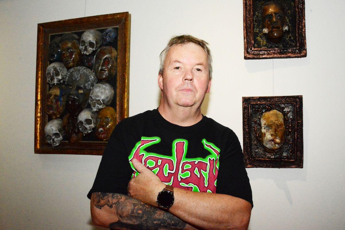 Tomáš Štědrý pracuje s lebkami a lidskými kostmi jako s uměleckými artefakty.
