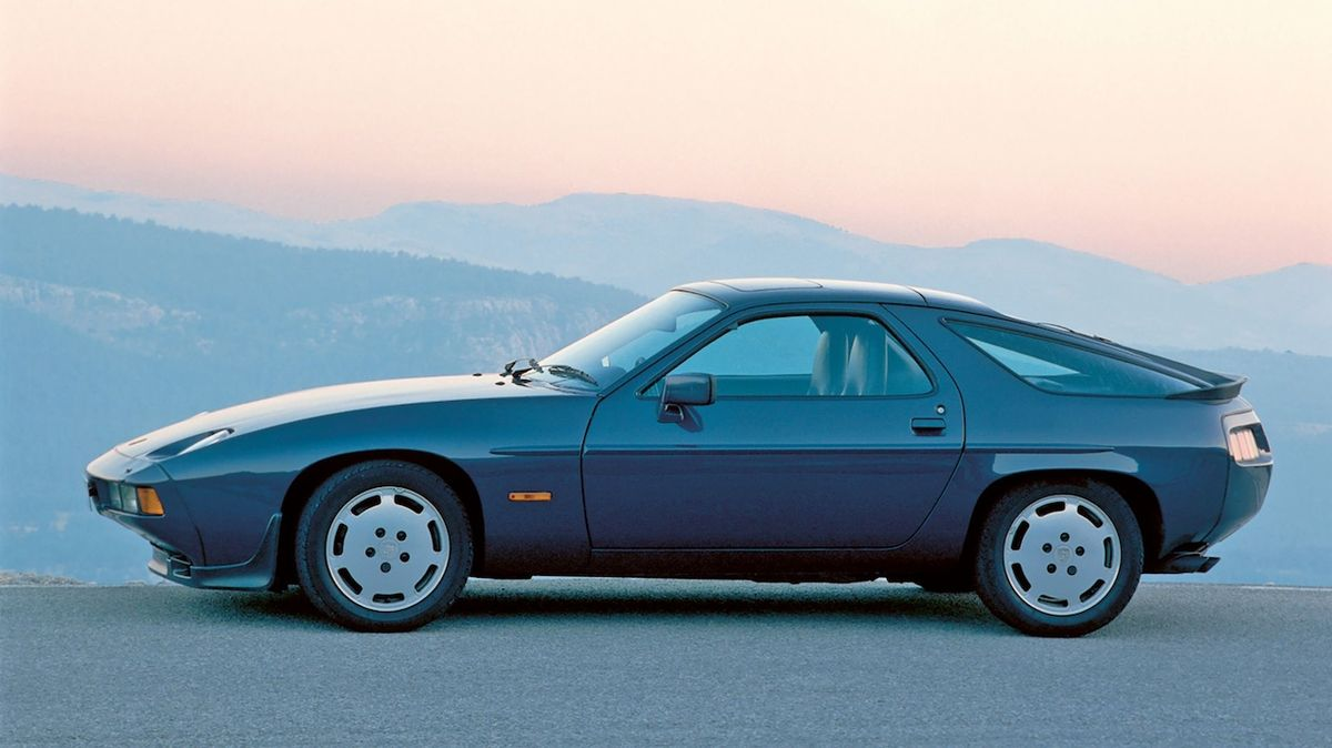 V kalifornské poušti chátrá sbírka Porsche 928, majitel vozy odmítá opravit i prodat