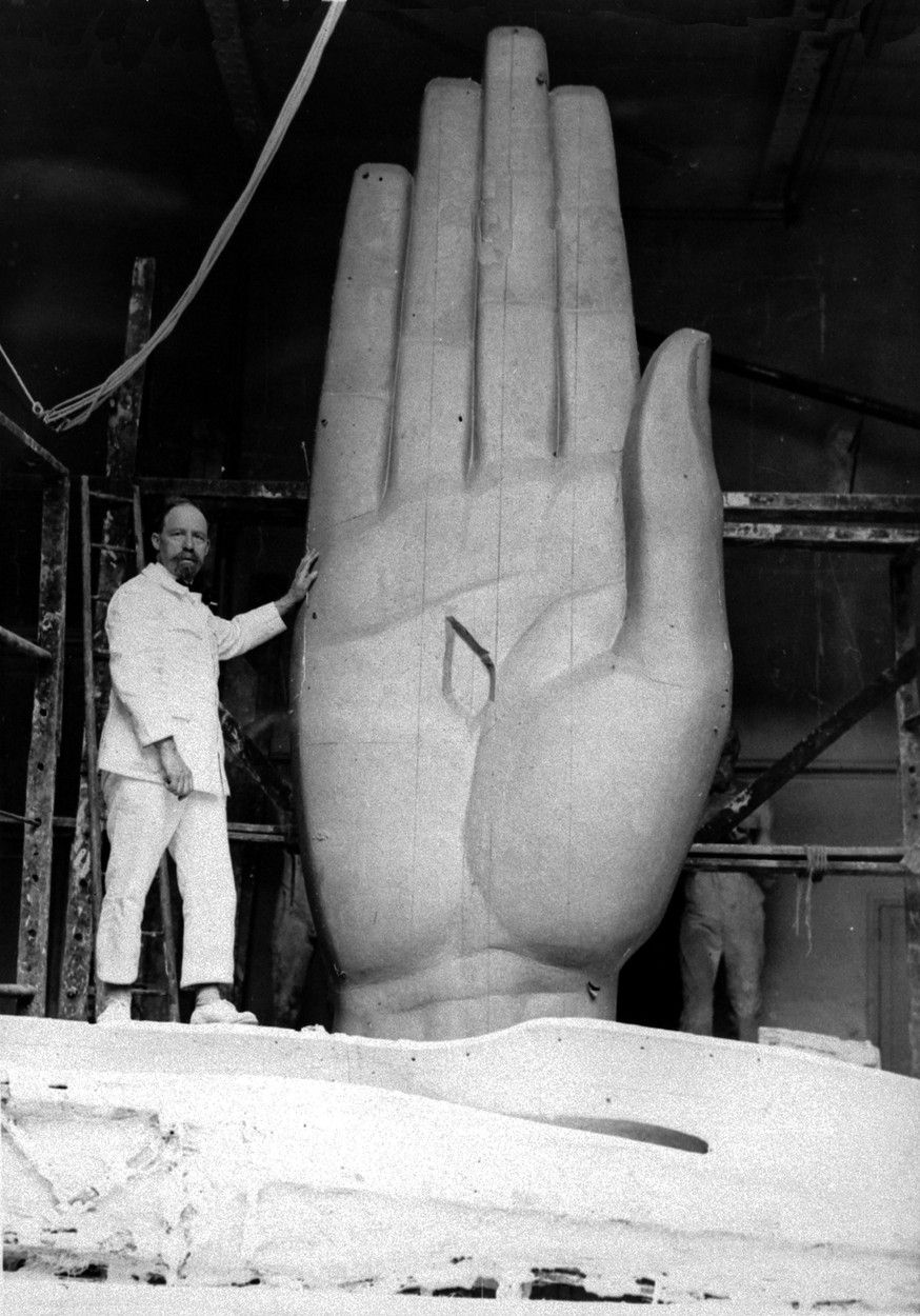 Jedním z autorů je francouzský sochař Paul Landowski (na snímku).