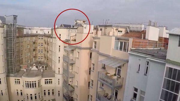 Muž na střeše