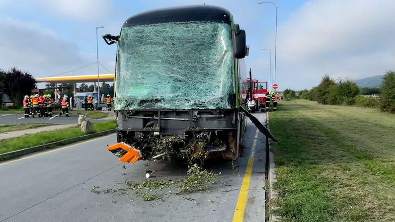 Autobus s lidmi na D1 proletěl k benzínce křovím, několik zraněných