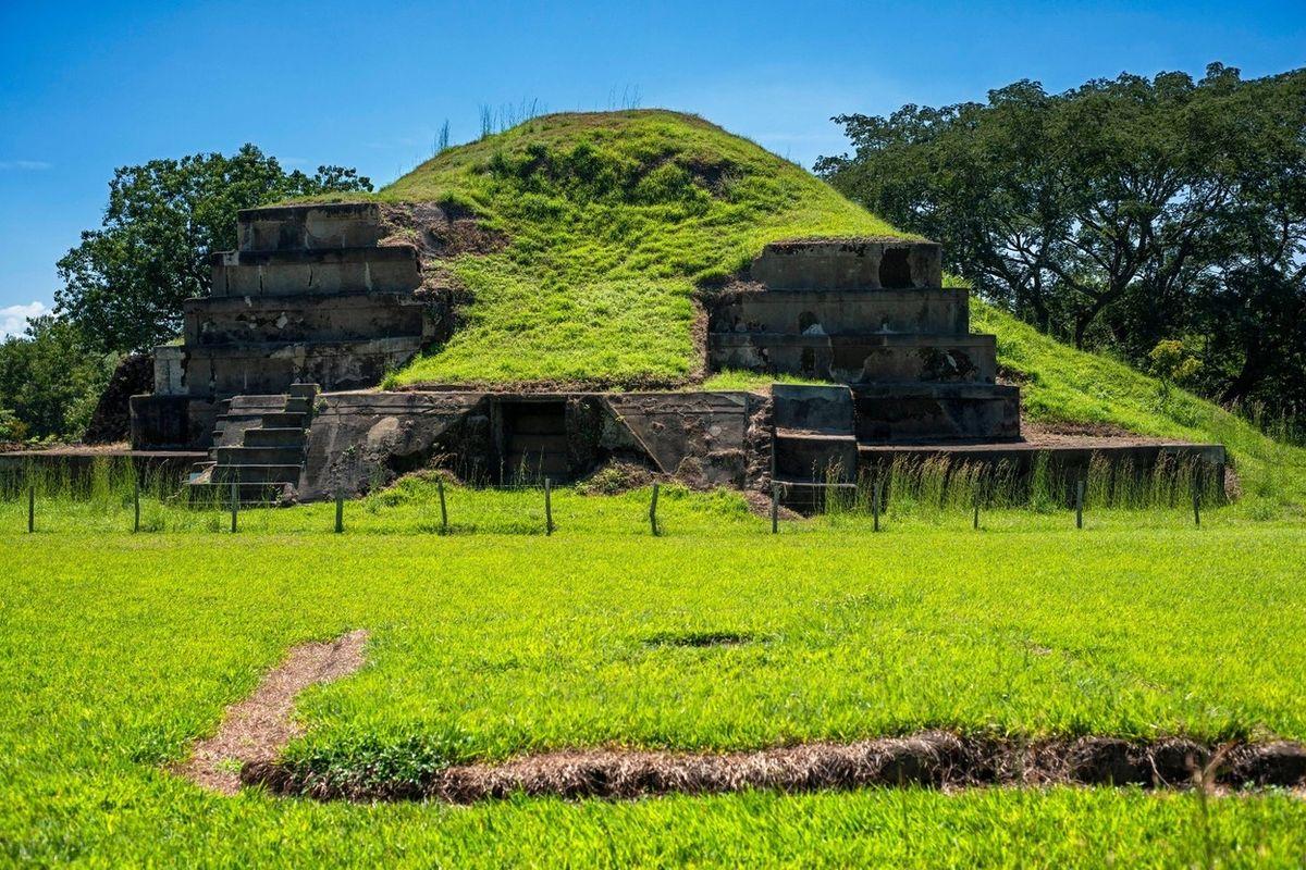 Mayská pyramidová struktura Campana v Salvadoru