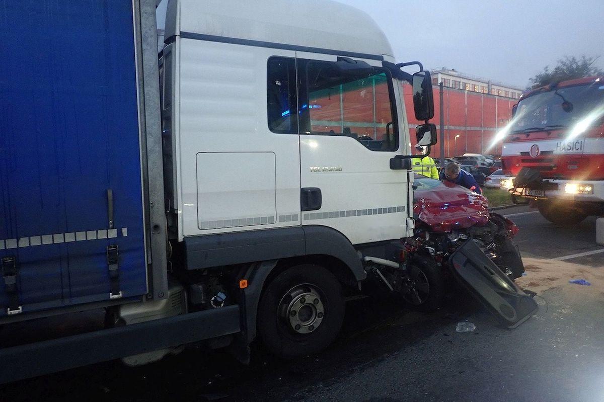 Po vážné nehodě zůstala hlavní silnice v Napajedlích na několik hodin zcela uzavřena.