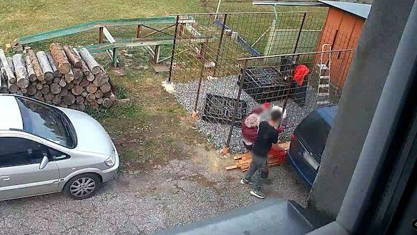 Rozčilený muž na Šumpersku prudce nacouval do souseda, který natíral dveře