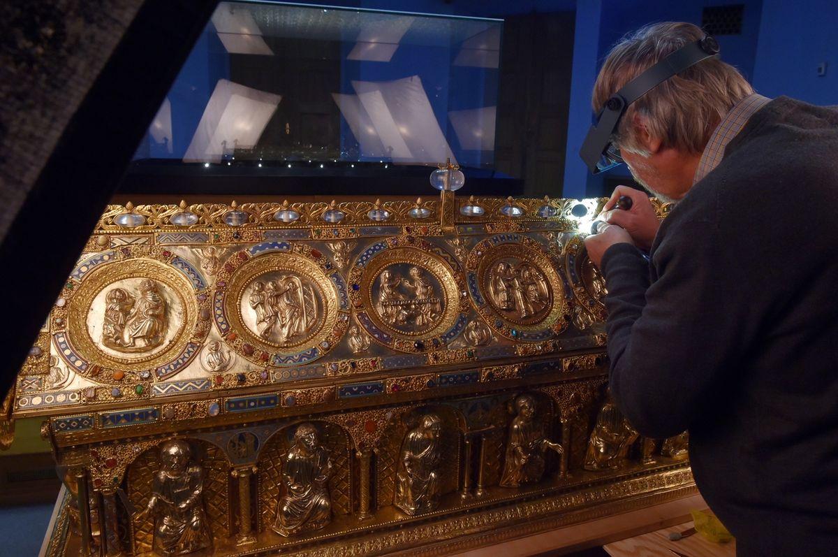 Mezi kameny, které zdobí relikviář, je i tzv. ropuší kámen.
