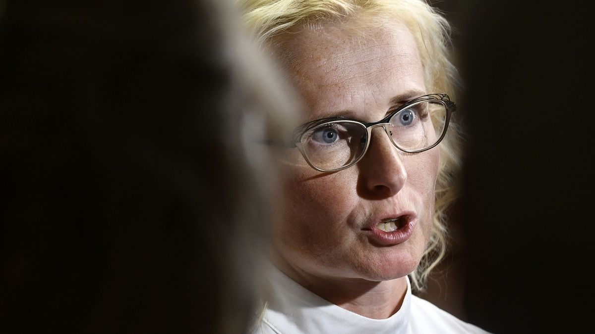 Europoslankyně Kateřina Konečná na tiskové konferenci KSČM po vyhlášení výsledků voleb do Poslanecké sněmovny.