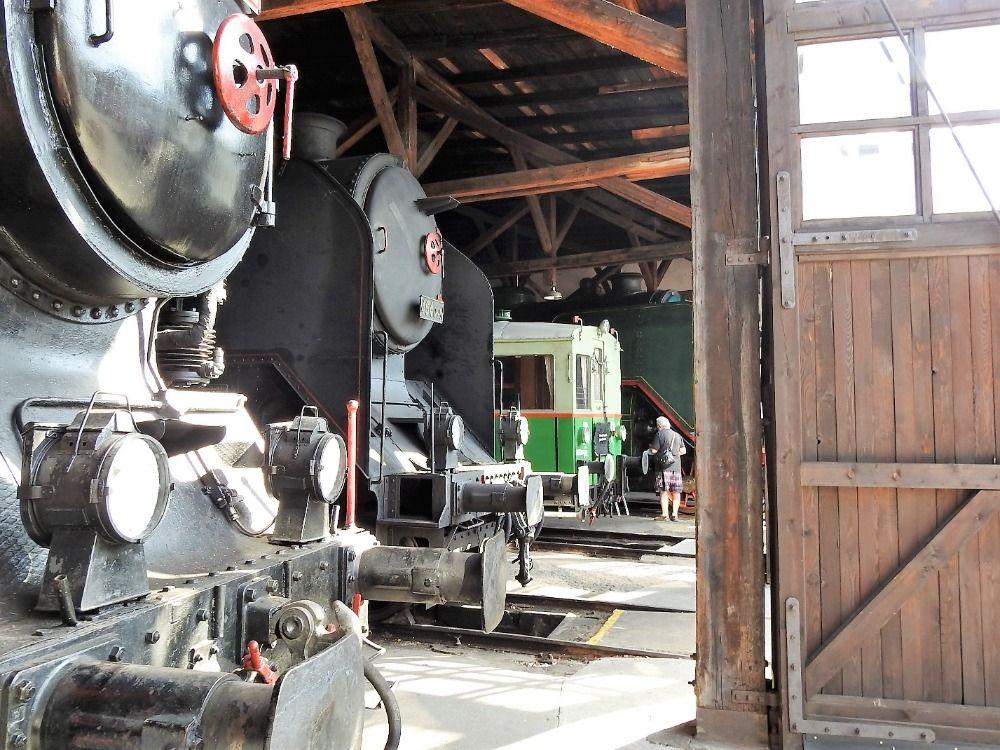 Uprostřed lokomotiva 464 Ušatá