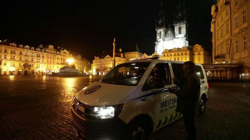 Česko prožilo první noc zákazu vycházení, potvrzení z práce policie nežádá