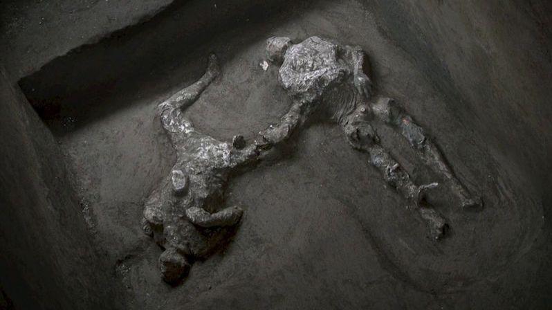 Po téměř 2000 letech po výbuchu našli v Pompejích těla dvou mužů
