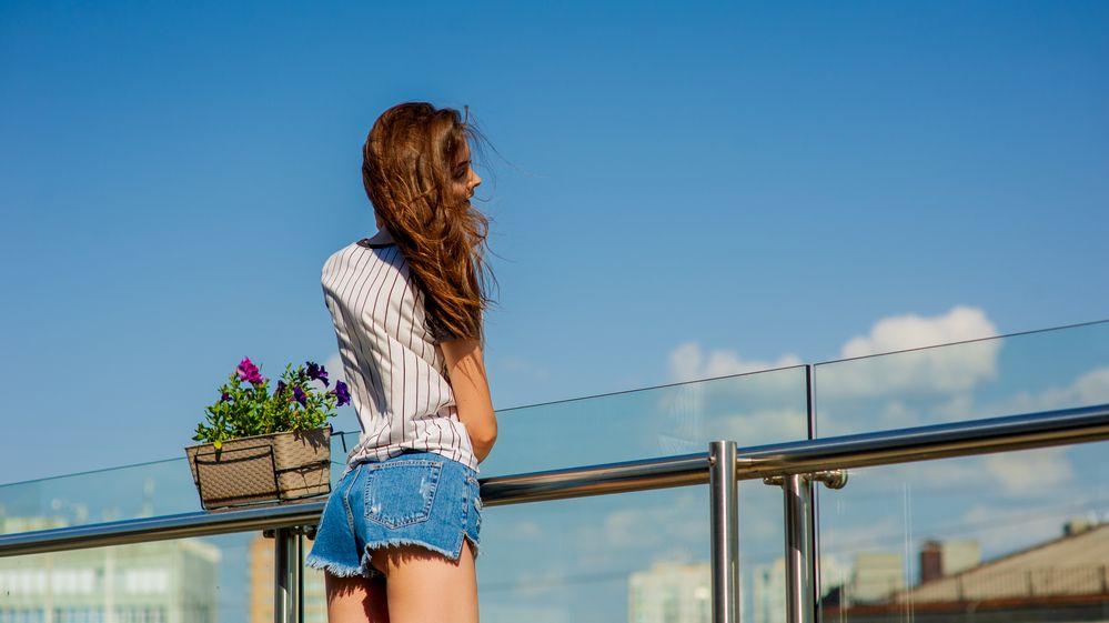 Australanka pózovala na zábradlí balkonu v 11. patře. Chtěla hezkou fotografii