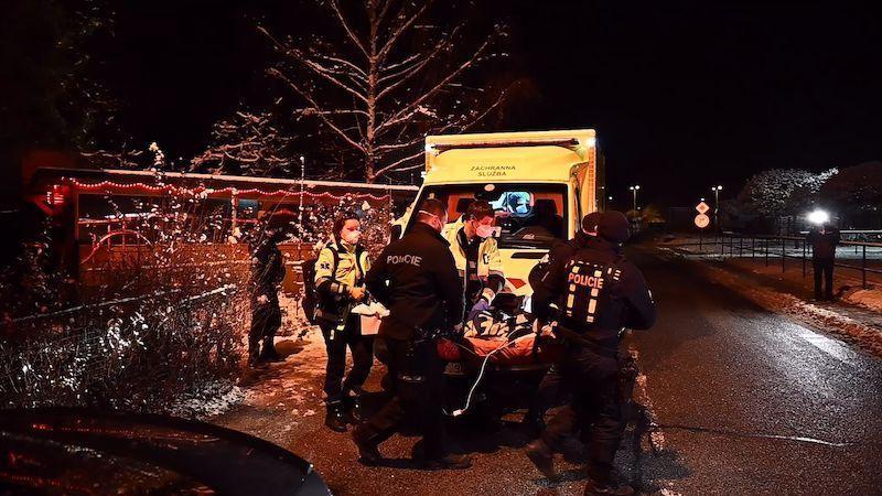 Na ubytovně v Praze se servala čtveřice, odvezli dva zraněné