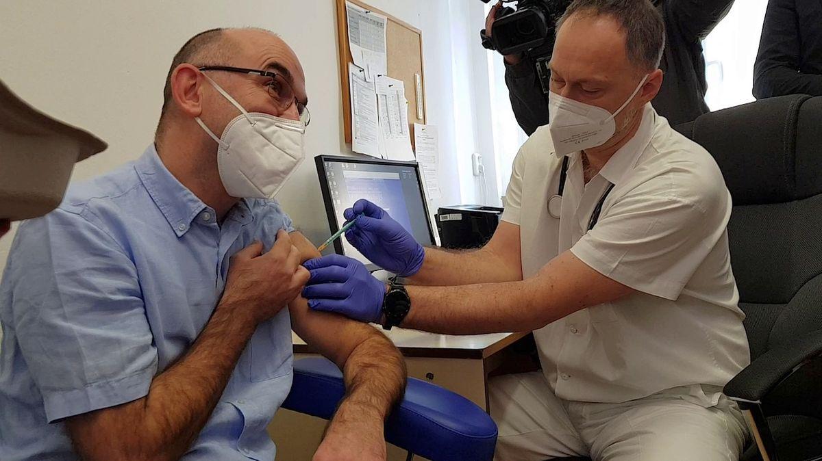 Blatný po naléhání Vojtěcha otočil: Očkovaný člověk může být infekční