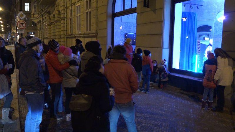 Umělci ve výlohách pražských barů předvádějí akrobacii, tanec i zpěv