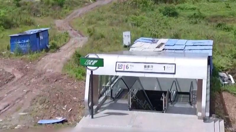 Stanice metra v čínské pustině už našla své využití
