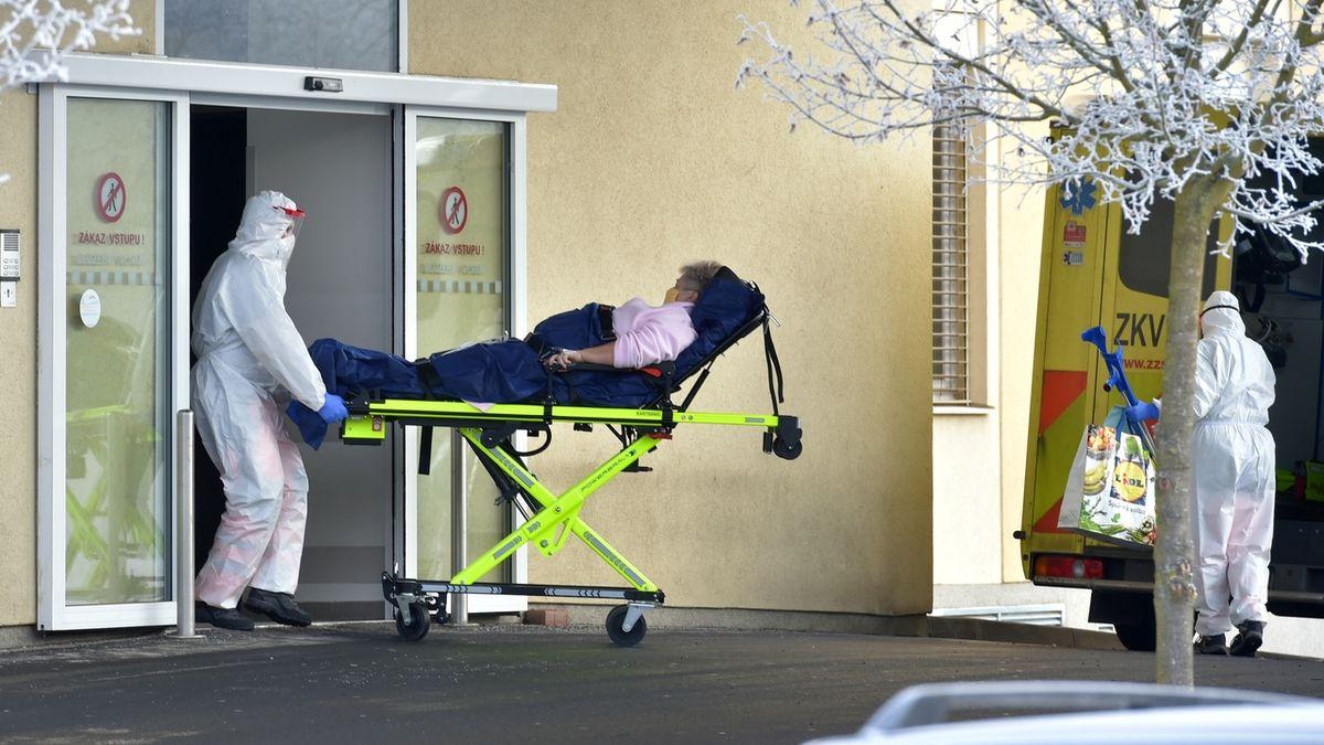 V nemocnicích je nejméně lidí s covidem za více než měsíc