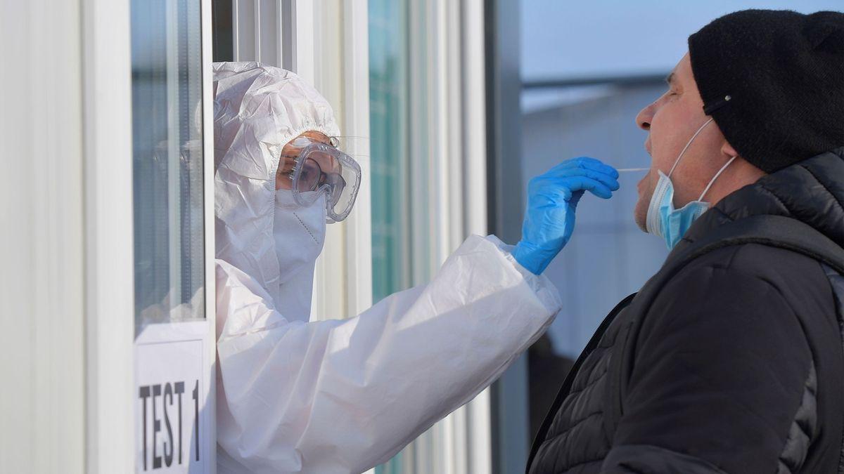 Britské mutace je v ČR až 50 procent, tvrdí imunolog Hel. Prokázáno je asi 10 procent, oponuje statistik Dušek