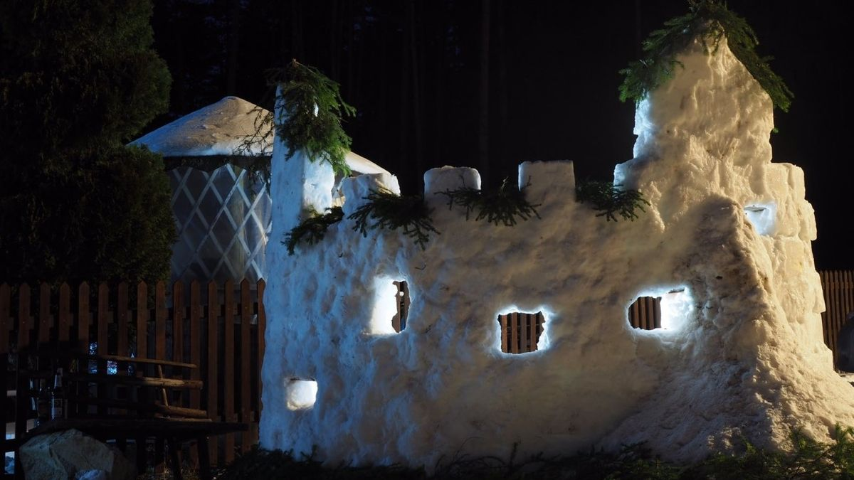 Ze spousty sněhu postavili na zahradě hrad