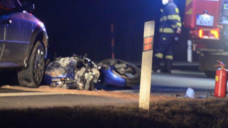 Motorkář při předjíždění narazil do neosvětleného auta. Přišel o část nohy