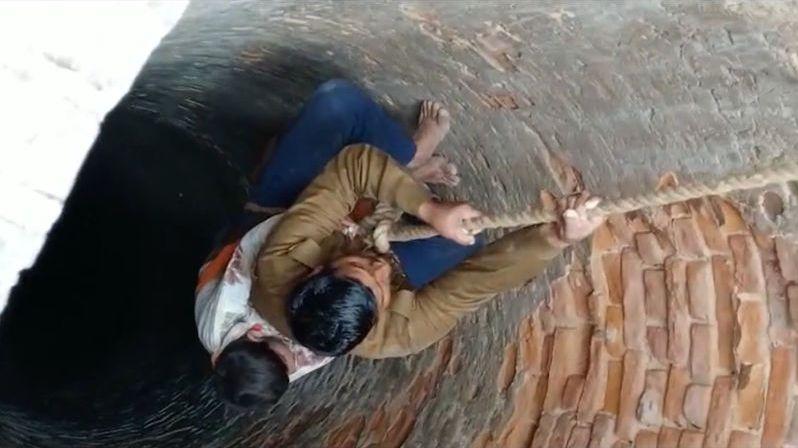 Uneseného devítiletého chlapce našli v Indii na dně studny. Živého