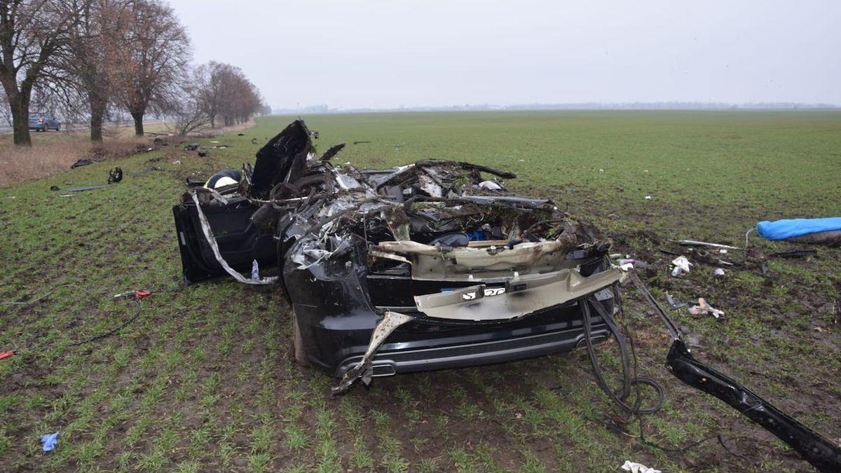 Řidič na Slovensku zdemoloval Audi o strom, tři lidé na místě zemřeli