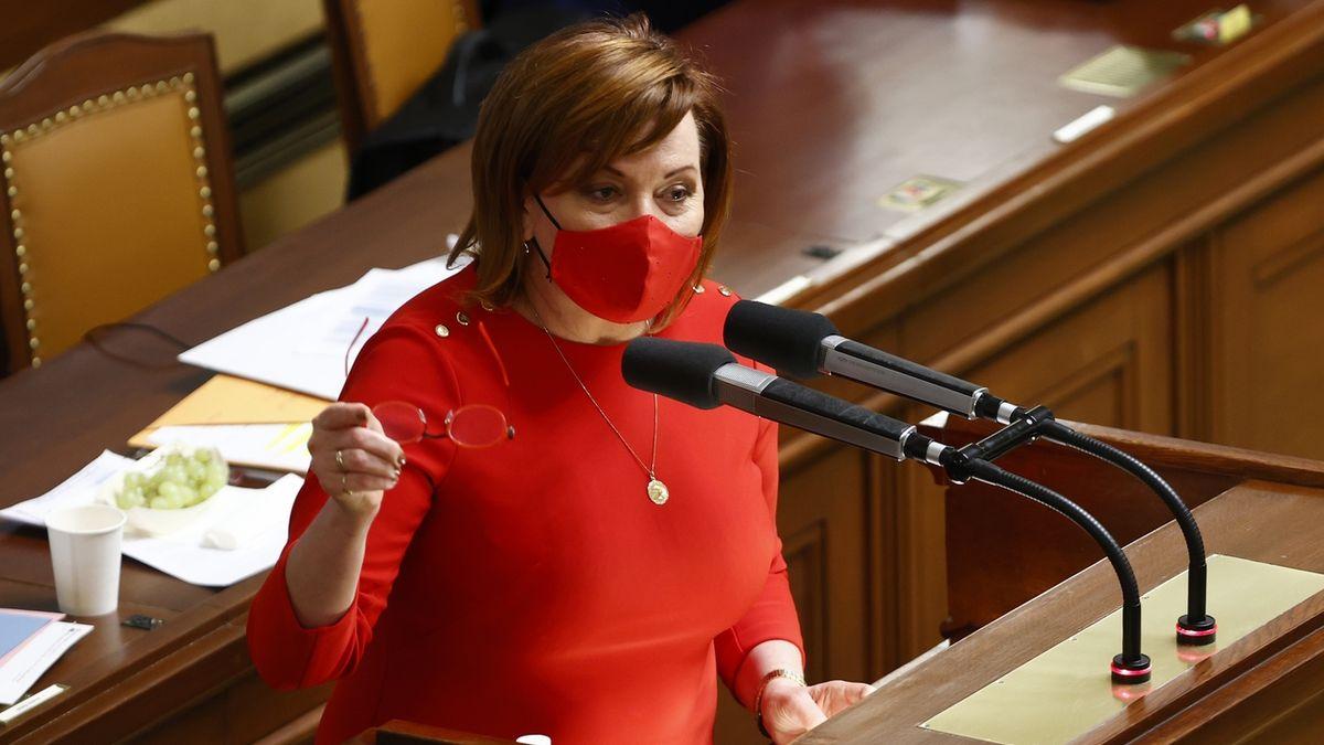 Ministryně financí Alena Schillerová (za ANO) na schůzi Sněmovny