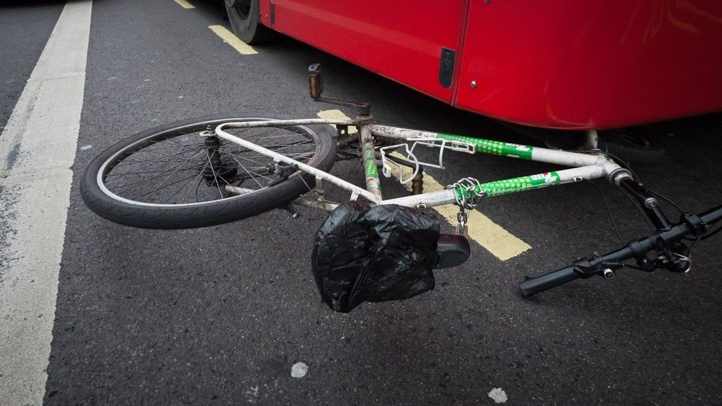 Autobus srazil na Frýdecko-Místecku cyklistku, na místě byla mrtvá
