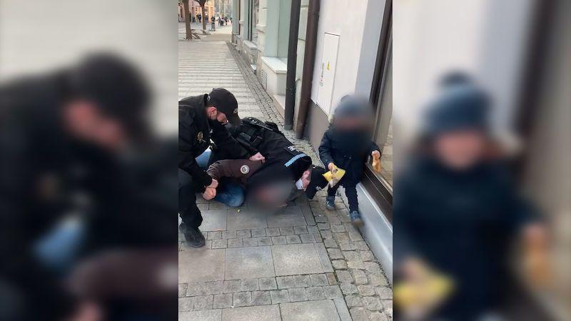Policie hledá svědky zákroku strážníků v Uherském Hradišti