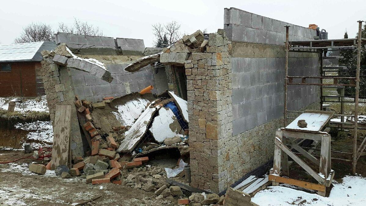 Na dva muže na Vyškovsku spadla garáž, ze sutin je vyhrabával pohotový soused