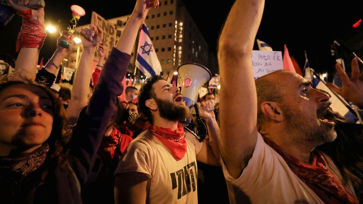 Těsně před volbami demonstrovaly proti Netanjahuovi tisíce lidí