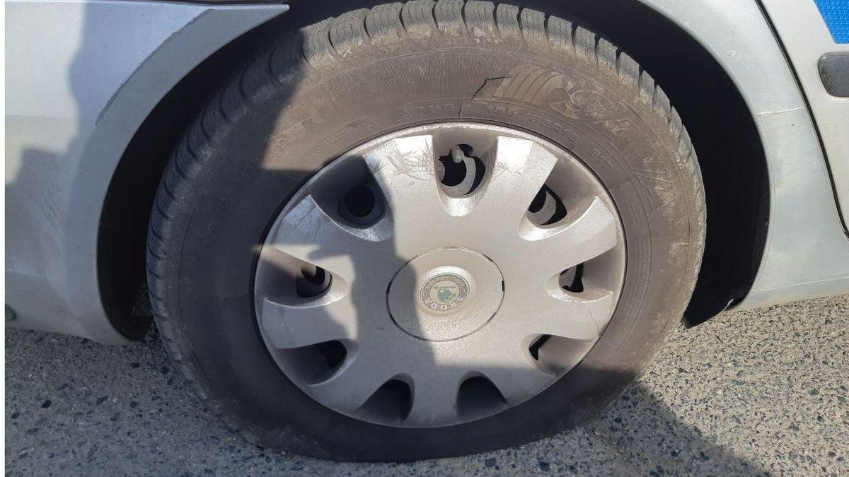 Naštvaný muž propíchl gumy policejnímu vozu. Voják ho zadržel výskokem z auta