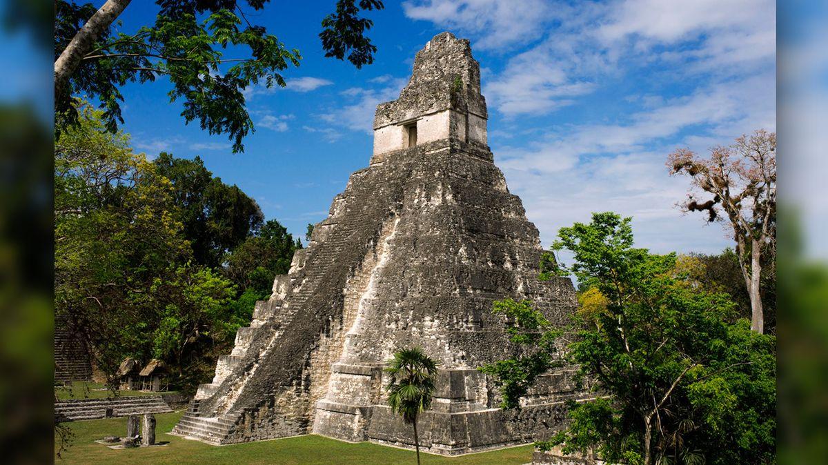 Kopie pyramidy v Tikalu odhaluje kontakty Mayů