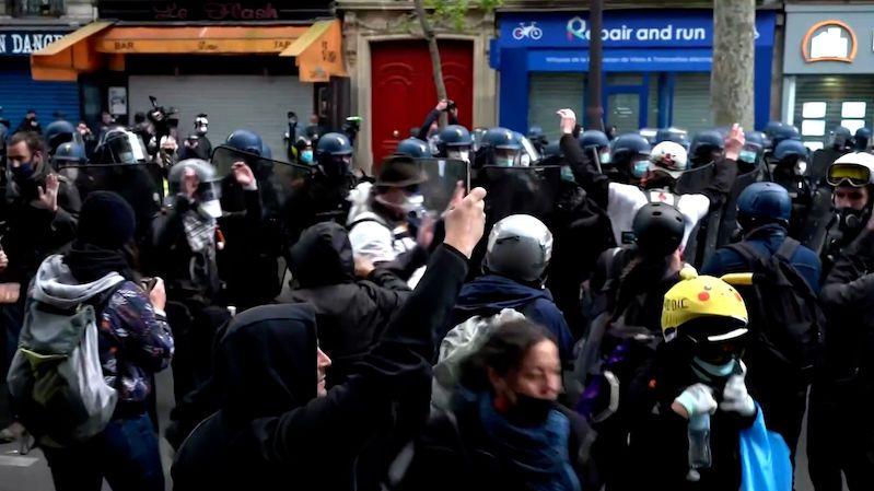 Ve Francii demonstrovaly tisíce lidí. Policie použila i slzný plyn