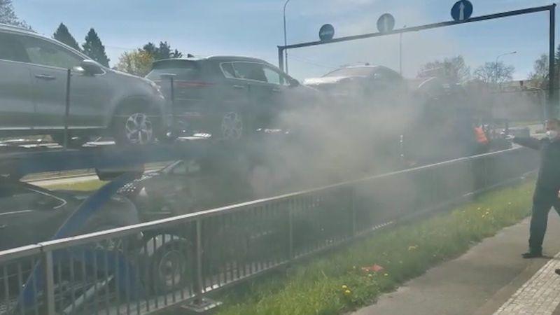 Z policistů se stali hasiči, před ohněm zachránili kamion