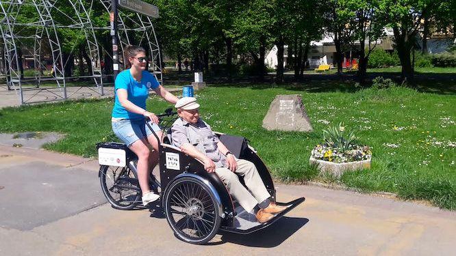 Seniory po Ostravě proveze rikša