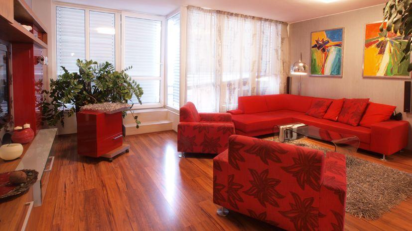 Atypicky řešenému interiéru sekunduje netradiční nábytek a barvy