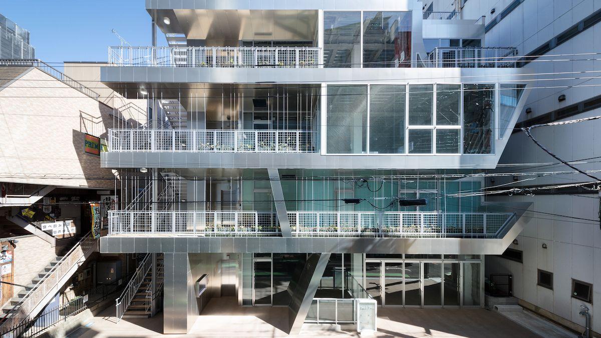 Stavba zahalená v hliníkovém plášti překvapí na první pohled svou hravostí