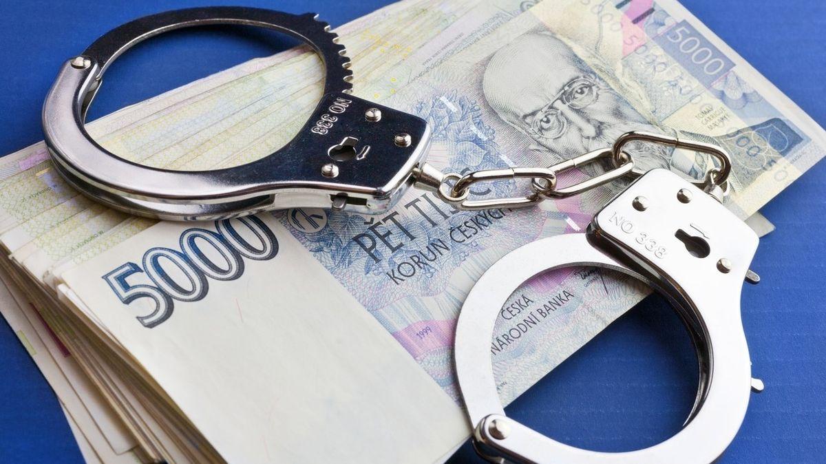 Muž z Náchodska vylákal od lidí a firem více než sedm milionů
