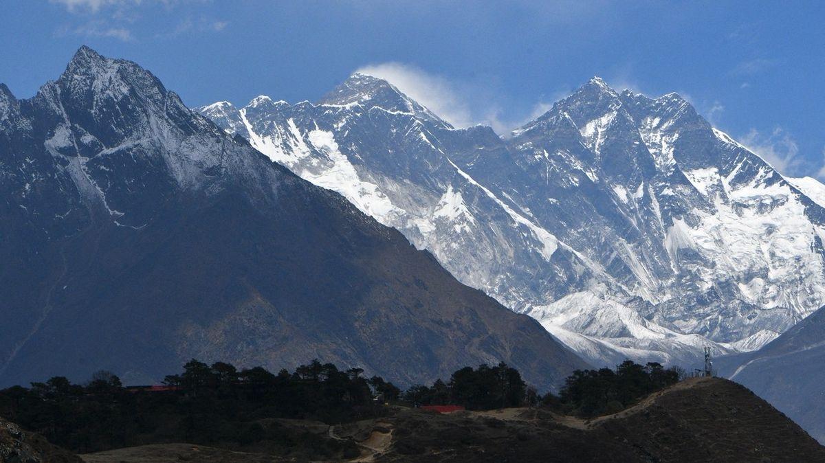 Na Mount Everestu zemřeli první dva horolezci letošního roku