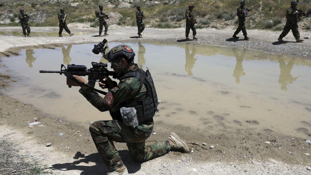 Tálibán zabil za den 150 vojáků, postupuje v celém Afghánistánu