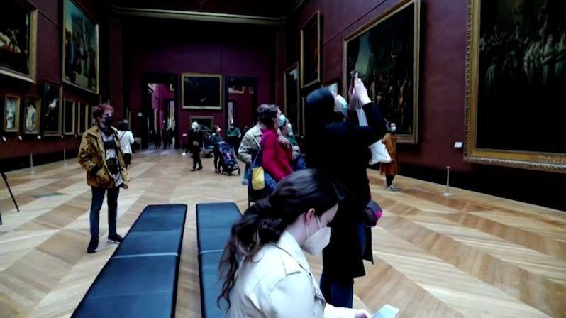 Francie po půl roce otevřela muzea. Do Louvru se stály fronty